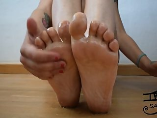 Japanese latin milf Irisjostristes oils her feet